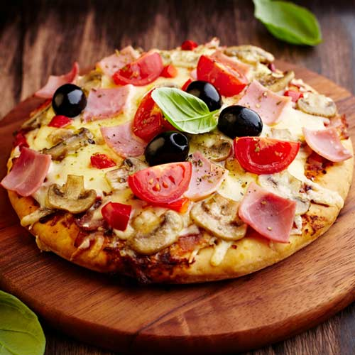 Easy Recipe: Crispy Mini Pizzas with Black Olives and Ham